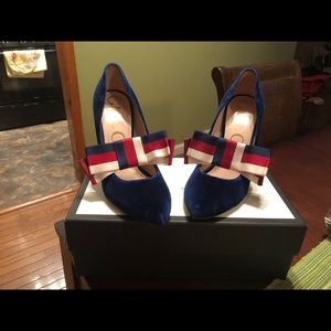 Gucci suede Pump with removable web bow!